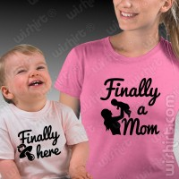 T-shirts Finally a Mom / Finally Here - Bebé
