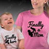 T-shirts Finally a Mom / Finally Here - Bebé