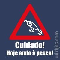 T-shirt Cuidado Hoje ando à Pesca