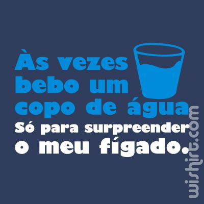 T-shirt Às vezes bebo um copo de água só para surpreender o meu Fígado