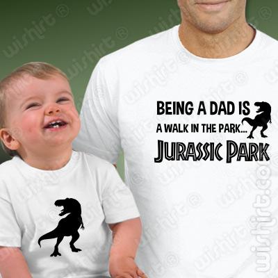 T-shirts Being a DAD is a Walk in the Park... Jurassic Park. Prenda Dia do Pai, conjunto de uma t-shirt de homem + uma t-shirt de bebé
